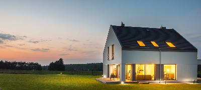 Maison moderne avec jardin à la tombée de la nuit
