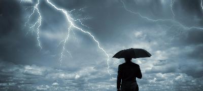 Homme en parapluie sous un orage foudre
