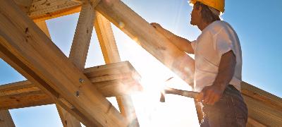 Homme travaillant la charpente d'une toiture