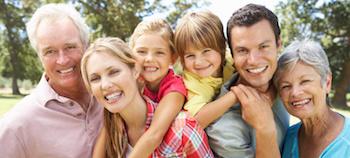 Famille multi-générationelle en sortie