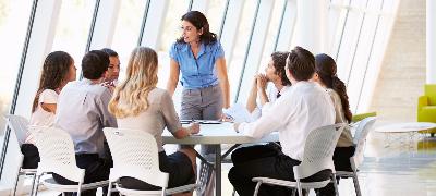 Femme chef d'entreprise en team meeting