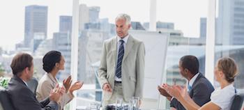 Homme dirigeant d'entreprise et son équipe