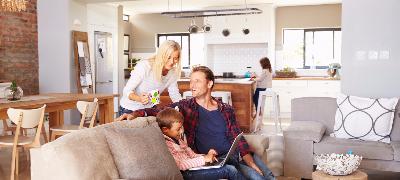 Famille profitant sur leur Sofa