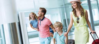 Jeune famille à l'aéroport vacances